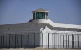 新疆ウイグル自治区ホータンにある収容施設。監視塔らしき建物に人影がみえる。2019年3月撮影(GREG BAKER/AFP via Getty Images)