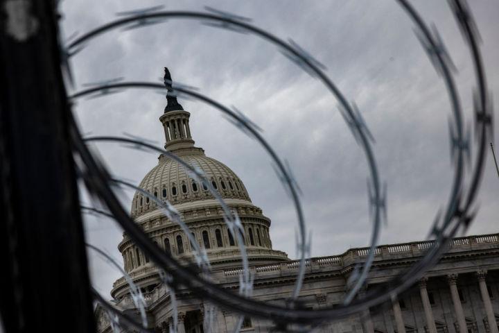 2021年1月15日 国会議事堂の周りに鉄条網が張り巡らされた (Samuel Corum/Getty Images)