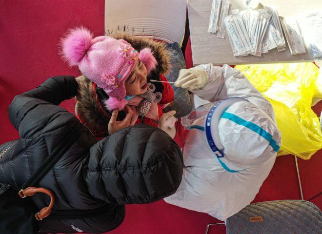遼寧省瀋陽市で、検査を受ける女の子(STR/AFP via Getty Images)