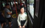 ソウル市内を走るバスの座席に設置された、いわゆる「少女像」。米ハーバード大教授は、親北朝鮮組織が歴史問題を操作していると指摘する(JUNG YEON-JE/AFP via Getty Images)