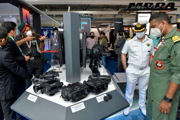 2021年2月4日にバンガロールのイエラハンカ空軍基地で行われた展示会「エアロ・インド2021」で、暗視装置を見ているインド国防軍の将校たち(MANJUNATH KIRAN/AFP via Getty Images)