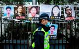 香港の中国連絡事務所に掲げられてる、中国政府に拘束された人々の解放を求めるポスター。参考写真 (Photo by ISAAC LAWRENCE/AFP via Getty Images)