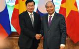 2020年1月、ラオスのトンルン・シースリット首相 (左) は、ベトナムの首都ハノイを訪問しグエン・スアン・フック首相と握手を交わす(NHAC NGUYEN/AFP via Getty Images)