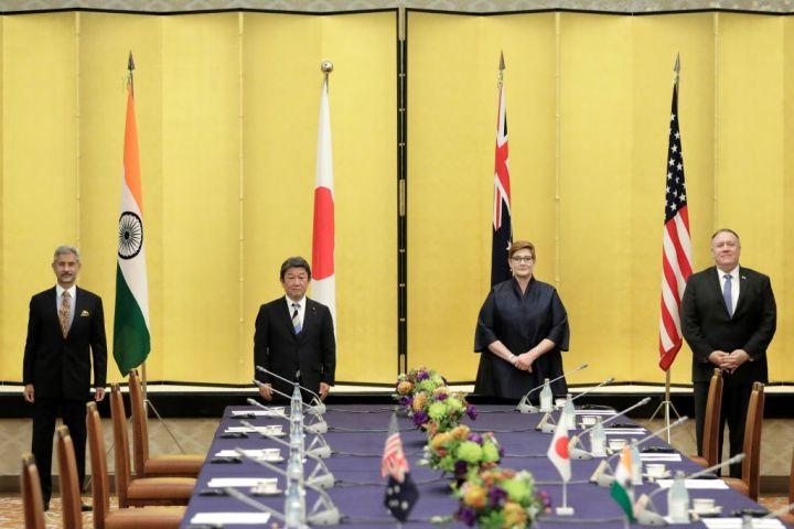 (左から)インドのジャイシャンカル外相 、茂木敏充外相、菅義偉首相 、オーストラリアのマリス・ペイン外務貿易大臣、米国のマイク・ポンペオ国務長官は2020年10月、東京で4カ国戦略対話を開催した(役職は当時)(Nicolas Datiche/Pool/Anadolu Agency via Getty Images)