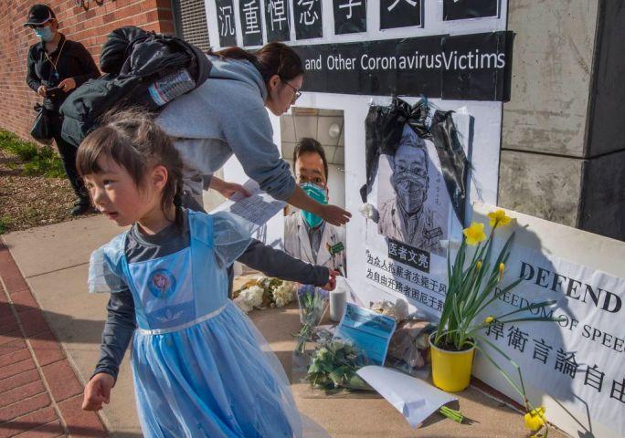 訃報を受けて、米カリフォルニア大学ロサンゼルス校前に飾られた李文亮医師の遺影 (MARK RALSTON/AFP via Getty Images)