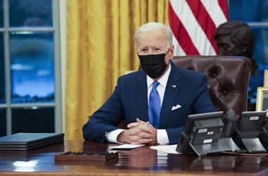 2021年2月2日、米ホワイトハウスの大統領執務室で新移民制度に関する大統領令を署名する前に短い演説を行った(Doug Mills-Pool/Getty Images)