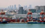 多くのコンテナが積み上げられた東京港(KAZUHIRO NOGI/AFP/Getty Images)
