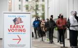 2020年12月14日、期日前投票の初日に、ジョージア州アトランタのHigh Museum投票所に並ぶ有権者たち(Jessica McGowan/Getty Images)