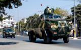 マンダレー市でパトロールするミャンマー軍の装甲車(STR/AFP via Getty Images)