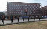 2021年2月3日、WHOの調査団が武漢ウイルス研究所を視察した際、中国当局が研究所の外に警官隊を配置した(HECTOR RETAMAL/AFP via Getty Images)