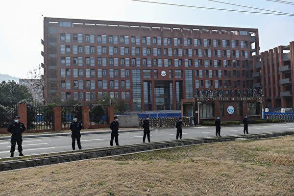 2021年2月3日、WHOの調査団が武漢ウイルス研究所を視察した際、中国当局は研究所の外に警官隊を配置した(HECTOR RETAMAL/AFP via Getty Images)