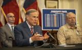 写真は、2020年5月18日の記者会見で発表を行うテキサス州のグレッグ・アボット(Greg Abbott)州知事(BRENDAN SMIALOWSKI,KIMIHIRO HOSHINO/AFP)