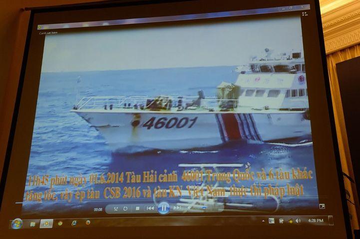 2014年6月、中国海警局船が南シナ海の中国石油採掘施設の近くを航行したベトナムの船に対して放水した。同月ハノイで行われたベトナム沿岸警備局の記者会見で当時の映像が提示された。 (HOANG DINH NAM/AFP/Getty Images)