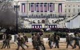2021年1月20日、バイデン大統領の就任式で、米連邦議会議事堂付近に集まる州兵たち(Roberto Schmidt/AFP via Getty Images)