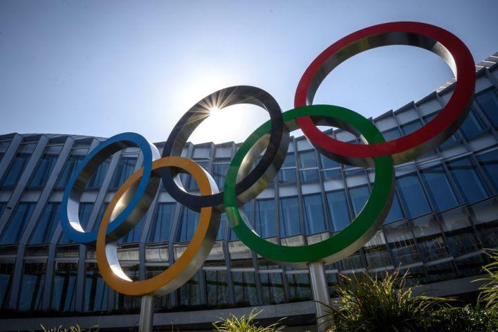 国際オリンピック委員会本部前のロゴ(Photo by Fabrice COFFRINI / AFP) (Photo by FABRICE COFFRINI/AFP via Getty Images)