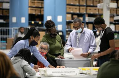 11月6日、米ジョージア州で2020年大統領選の開票作業が行われる様子(Jessica McGowan/Getty Images)