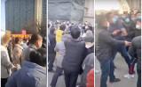 中国石家荘市藁城区の団地の住民は2月7日、封鎖措置の解除をめぐって市政府職員と衝突した(スクリーンショット)