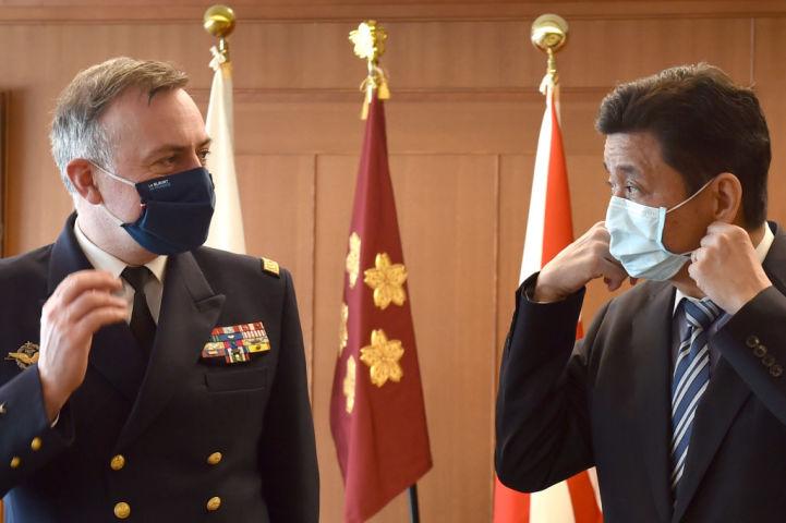 2020年11月、東京で仏海軍参謀長のピエール・ヴァンディエ大将と会談する岸信夫防衛相(左) (KAZUHIRO NOGI/AFP via Getty Images)