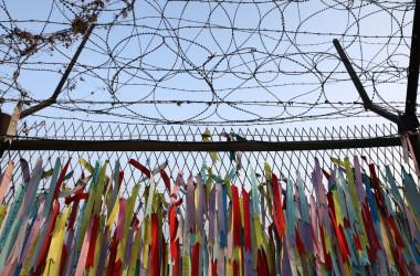 2021年2月12日、韓国の坡州・臨津閣に、南北を隔てる非武装地帯 (DMZ) 近くには鉄条網のフェンスが立っている。脱北者たちは、旧正月に先祖の霊に敬意を表するため飾りをつけている(Chung Sung-Jun/Getty Images)