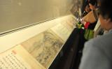 元朝末期の画家黄公望が描いた「 富春山居図」を鑑賞する人々。台北・故宮博物院にて撮影。(Photo credit should read PATRICK LIN/AFP via Getty Images)