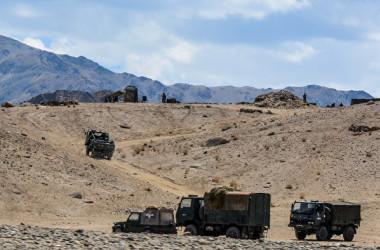 2020年7月4日、中印国境地帯で走るインド軍側の軍用車両(Mohd Arhaan ARCHER/AFP)