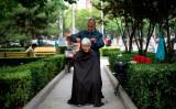 2020年4月、北京の公園内で散髪する高齢者(NOEL CELIS/AFP via Getty Images))
