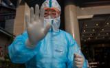 北京の釣魚台ホテルでPCR検査の検体採取の準備をする防護服を着た医療従事者=2020年5月28日(Nicolas Asfouri/AFP via Getty Images)