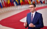 2020年12月10日 ブリュッセルEU本社ヨーロッパビルの前に立つポーランドのマテウシュ・モラヴィエツキ首相 (John Thys/ Pool/AFP via Getty Images)