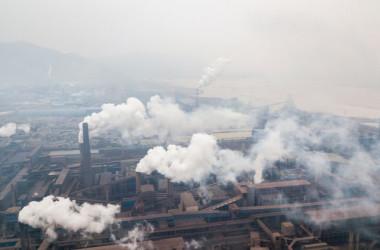 2018年2月17日、中国陝西省漢城の製鉄所から排出される汚染物質(Fred Dufour/AFP/Getty Images)