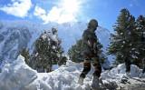 インド北部スリナガルと中国と国境を接するラダック連邦直轄領を結ぶゾジラ峠(標高3550m)付近のインド兵=2020年11月26日(Tauseef Mustafa/AFP via Getty Images)