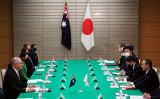 2020年11月17日、訪日した豪州のモリソン首相と菅総理が会談を行った(EUGENE HOSHIKO/POOL/AFP via Getty Images)