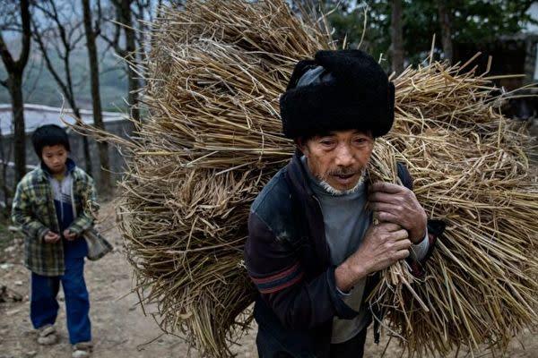 中国各地の住民は、当局の脱貧困達成との主張を信じていない。イメージ写真(Kevin Frayer/Getty Images)