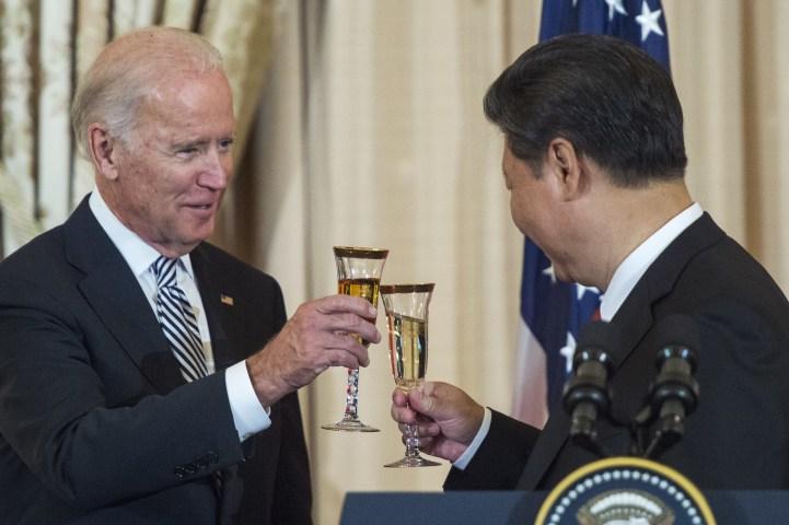 2015年9月25日、ワシントンの国務省で行われた昼食会で乾杯するバイデン副大統領(当時)と習近平国家主席(Paul J.Richards/AFP via Getty Images)