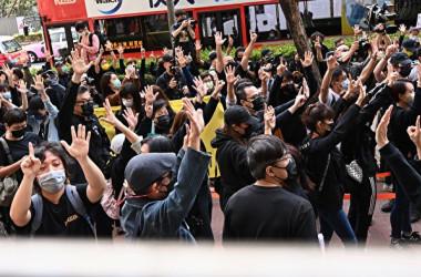 2020年3月1日、香港の裁判所の外で市民らは、「5大要求」を表す手振りで当局に起訴された民主派47人に声援した(宋碧龍/大紀元)