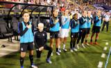 2016年9月15日、オハイオ州コロンバスのMAPFREスタジアムで行われたタイとの試合前、米国国歌が流れる中、跪く米国女子代表のメーガン・ラピノー選手(Jamie Sabau/Getty Images)