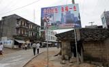 2007年5月25日、中国広西チワン族自治区玉林市にある「少生優生 幸福一生」の看板(GOH CHAI HIN/AFP via Getty Images)