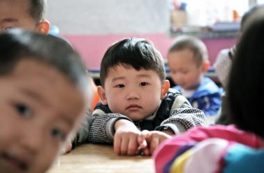 北京の保育園に通う中国の子供たち=2012年4月26日(STR/AFP/Getty Images)