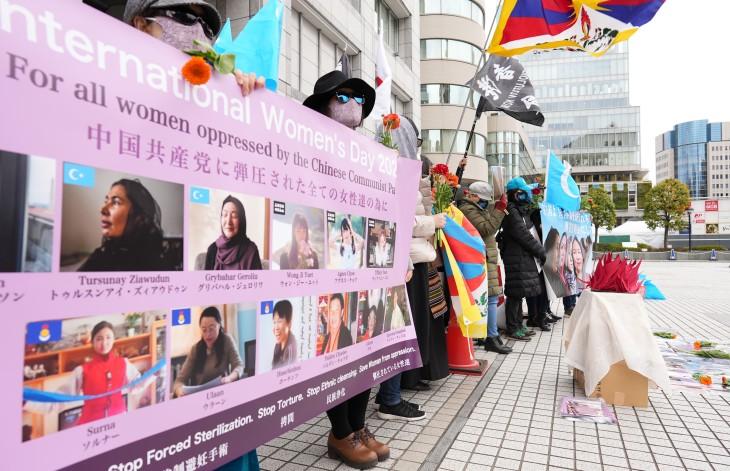 国連大学の前で中国共産党による人権侵害を訴える女性たち(清雲/大紀元)