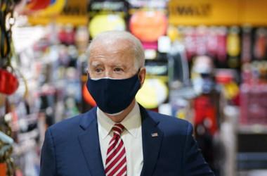 2021年3月9日、ワシントンにあるホームセンター「W.S. Jenks & Son」を訪問するバイデン大統領。同店は「給与保護プログラム」の恩恵を受けた(Mandel Ngan/AFP via Getty Images)