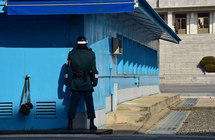 北朝鮮と韓国の軍事境界線を警備する双方の兵士。手前が韓国、向こうが北朝鮮。参考写真(JUNG YEON-JE/AFP via Getty Images)