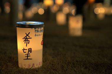灯されたキャンドルには、一人ひとりの思いが書かれている。(清雲/大紀元)