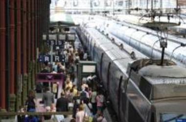 夏の休暇でごった返すフランス・パリの駅 (MIGUEL MEDINA/AFP/Getty Images)
