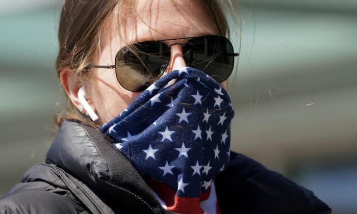2021年4月2日 米ワシントンDC。 マスク替わりにバンダナで顔を覆う女性 (Kevin Lamarque/Reuters)
