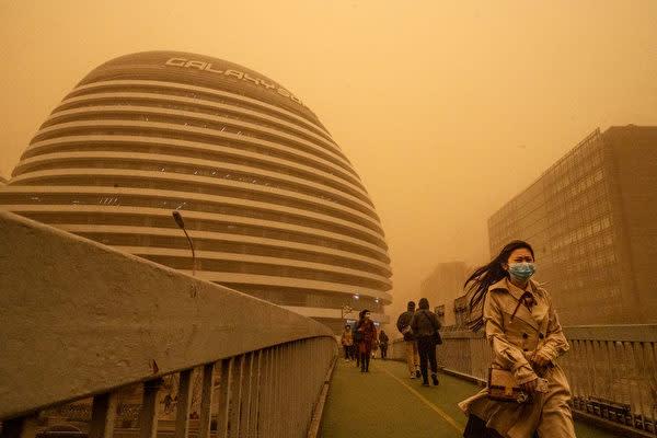 黄砂に覆われている北京の「ギャラクシーSOHO」ビル=2021年3月15日(Kevin Frayer/Getty Images)