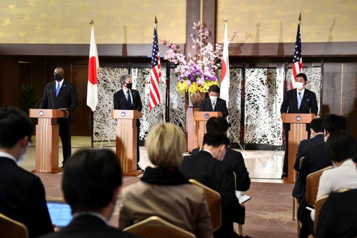 東京で3月16日、日米安全保障協議委員会(日米2プラス2)が開催された。外務省の飯倉公館で共同記者会見が行われた(KAZUHIRO NOGI/POOL/AFP via Getty Images)