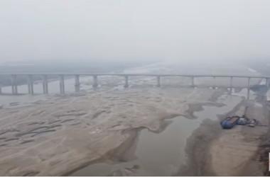 中国ネットユーザーが撮影した動画では、中国湖北省武漢市の天興洲を流れる長江がほぼ枯渇している(スクリーンショット)