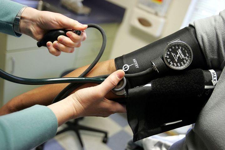 血圧測定 (Photo by Joe Raedle/Getty Images)