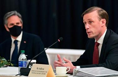 2021年3月18日、米中会談に臨んだブリンケン米国務長官(左)とサリバン大統領補佐官(右)(FREDERIC J. BROWN/POOL/AFP via Getty Images)