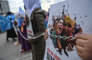 3月、イスタンブールで行われたウイグル人によるデモンストレーション(ZAN KOSE/AFP via Getty Images)