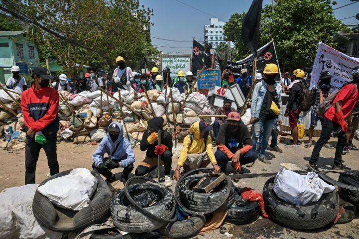 ミャンマー日本商工会議所は、平和抗議に対する暴力行為に憂慮を示す声明を発表した。20日、ヤンゴンでバリケードを設置する抗議者たち(STR/AFP via Getty Images)